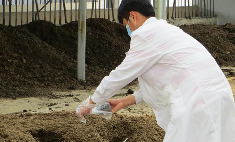 """掏粪专家变废为宝""""思威博""""帮畜牧业处理废弃物加工成有机肥"""